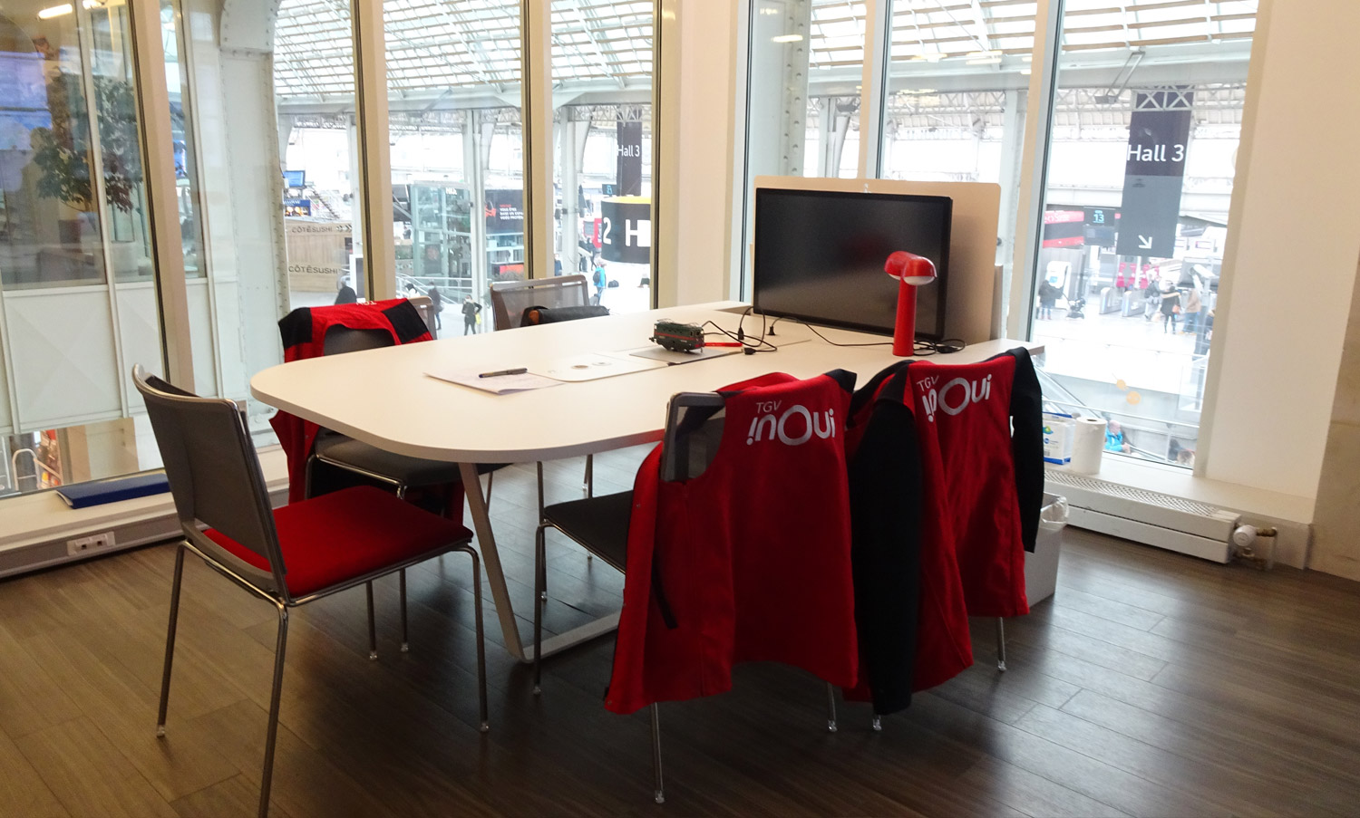 MEETING TABLE WITH RETRACTABLE SCREEN FOR SNCF CRISIS ROOM