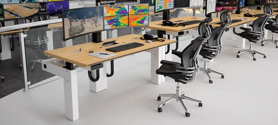 Console multi-écrans assis-debout Salle de Contrôle