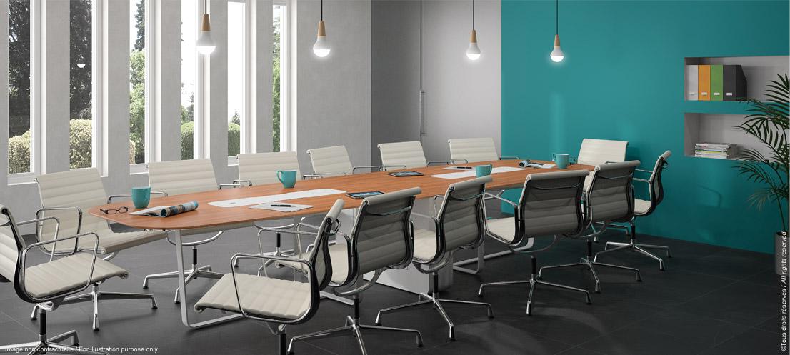 Table de réunion multimédia avec écran escamotable pour formation