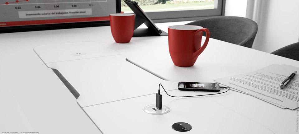 Table de réunion connectée avec écran rétractable. Ecran sorti.