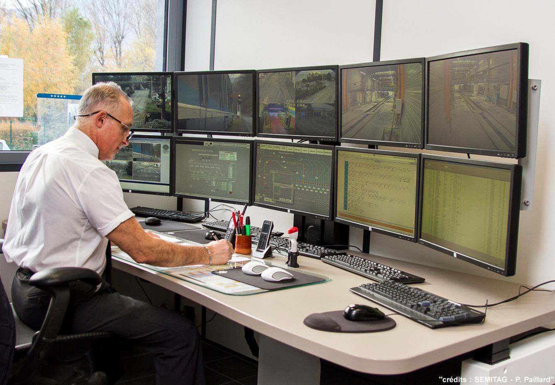 Bureau assis-debout multi-écrans SEMITAG assis