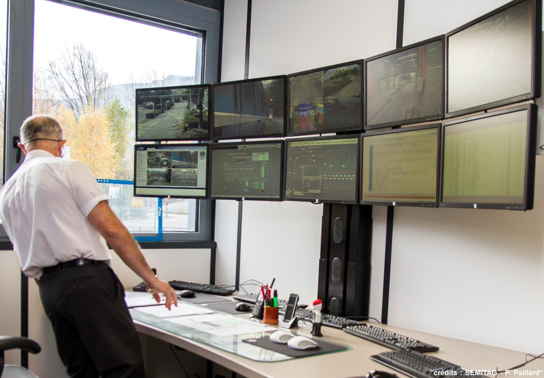 Bureau assis-debout multi-écrans SEMITAG écrans relevés
