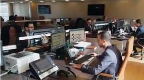 Bureau ergonomique I-Kube dans salle des marchés du Crédit Agricole du Maroc