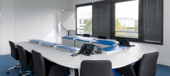 Table de réunion avec écrans escamotables pour Zaacom